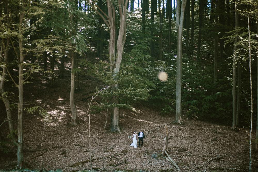 ślubna sesja w lesie